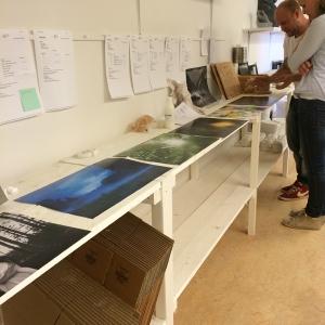 Niklas väljer bilder till fotoramarna i betong
