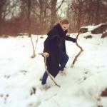 Caroline hämtar material i snön
