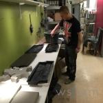 Här provar vår praktikant Philip att gjuta i gjutformar för väggsten.