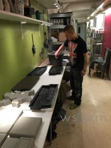 Här provar Philip att gjuta i gjutformar för väggsten.