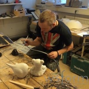 Philip tränar aribrush på lite mindre objekt. Skam den som ger sig. Philip satt länge och tränade och det gav verkligen resultat!